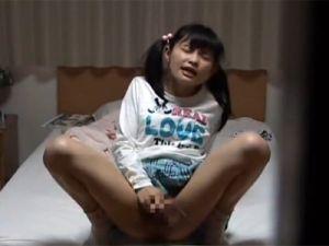 小●生の少女が親に隠れてこっそりオナニー、気持ち良さに最後は失禁!